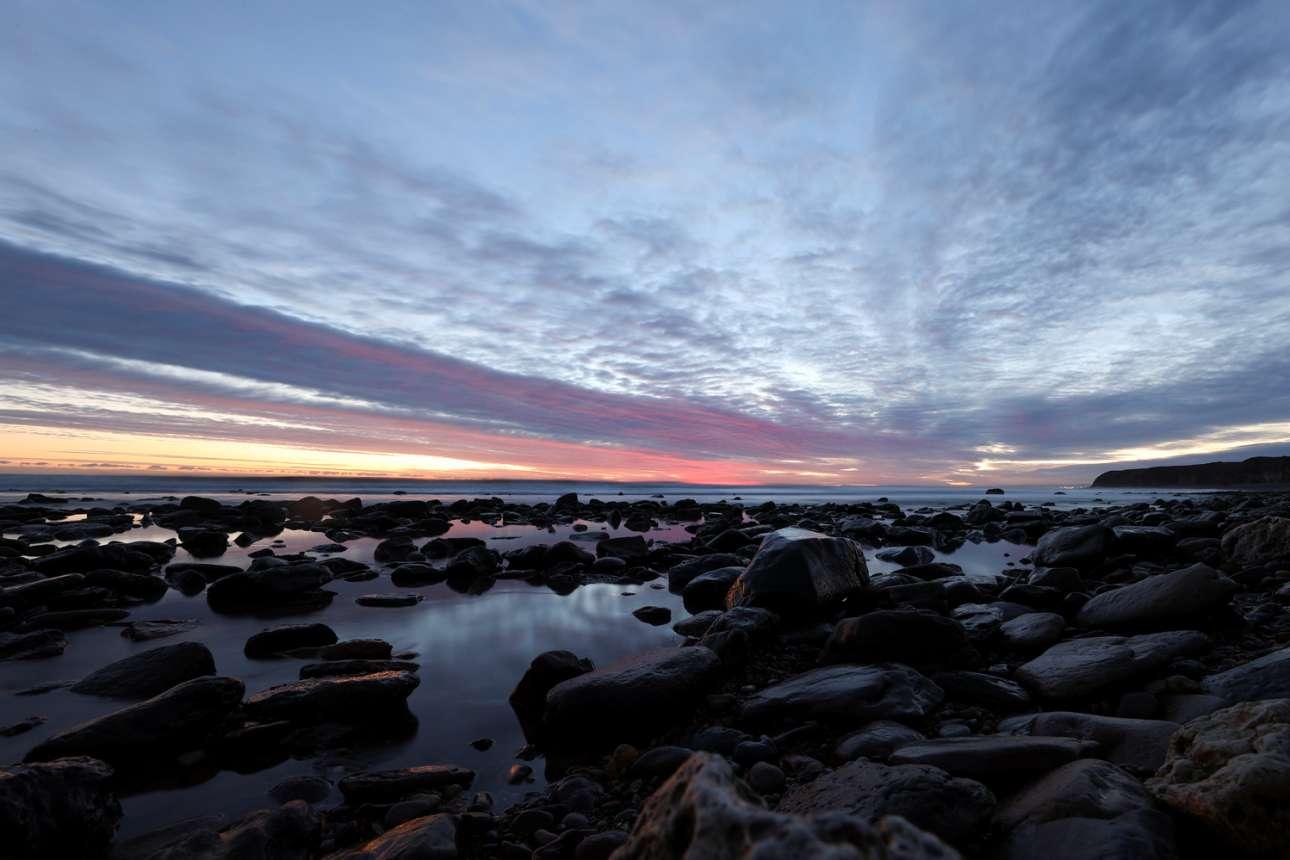 Ανατολή ηλίου σε βραχώδη ακτή του Σίαμ, στη Βορειοανατολική Αγγλία