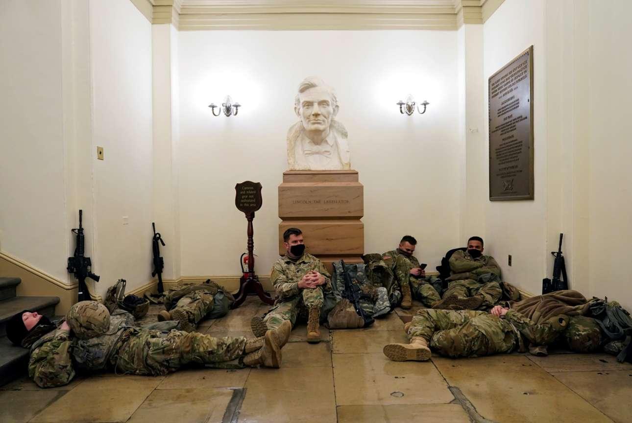 Ουάσινγκτον. Μέσα ψηφίζεται η δεύτερη παραπομπή του Ντόναλντ Τραμπ και έξω από την αίθουσα συνεδριάσεων της Βουλής οι εθνοφρουροί παίρνουν έναν υπνάκο