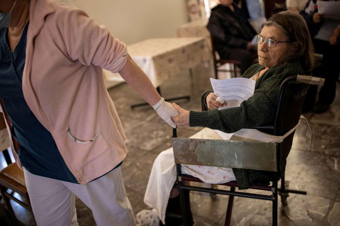 Τρυφερό στιγμιότυπο από αθηναϊκό οίκο ευγηρίας λίγο πριν από τον εμβολιασμό της ηλικιωμένης κυρίας