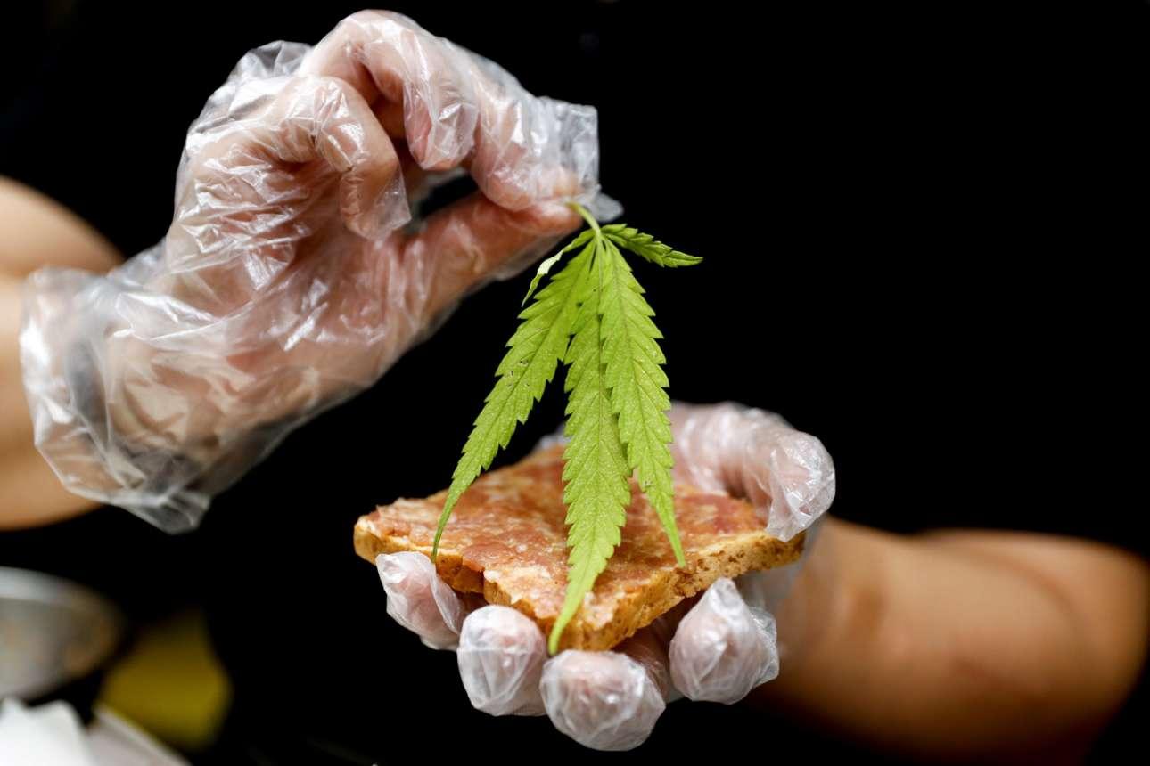 Σάντουιτς με ζαμπόν και φύλλο μαριχουάνας παρασκευάζει ο μάγειρας στην Μπανγκόκ, αφού πλέον στην Ταϊλάνδη το επιτρέπει ο νόμος