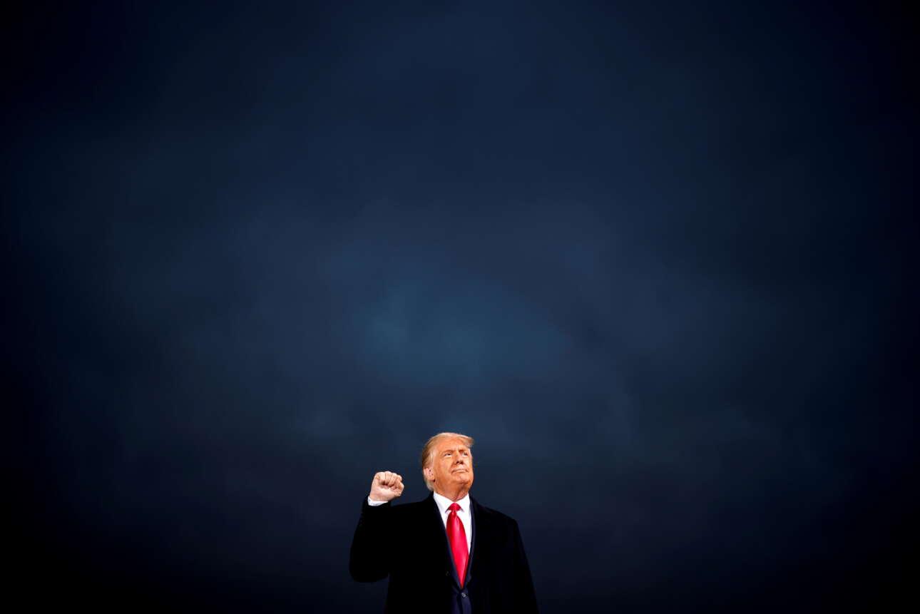 Οκτώβριος 2020. Ο Τραμπ σφίγγει τη γροθιά του -σήμα κατατεθέν της πολιτικής του καριέρας- στο Ντε Μόινς της Αϊόβα, σε μια προεκλογική εκστρατεία χωρίς προηγούμενο
