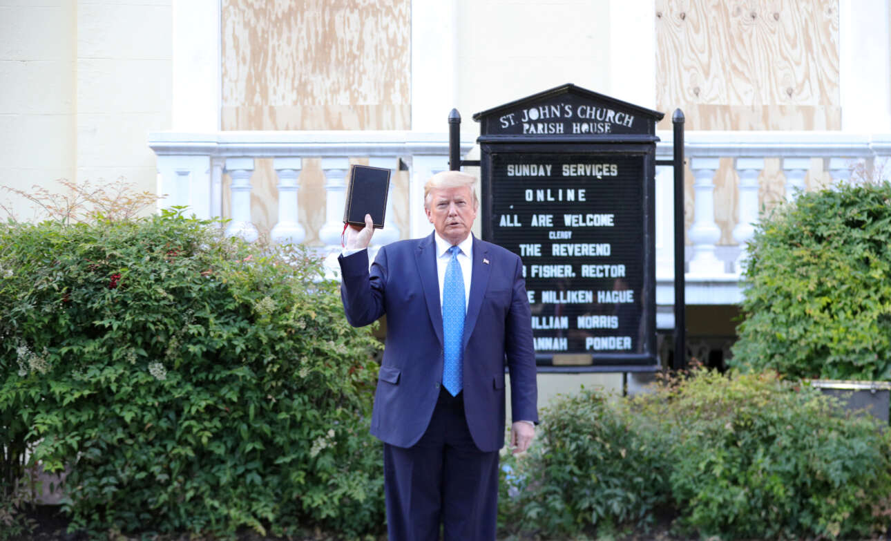 Ιούνιος 2020. Ο Ντόναλντ Τραμπ έχει επιστρατεύσει αστυνομία για να σπάσει τον κλοιό των διαδηλωτών που διαμαρτύρονται για τον φόνο του Τζορτζ Φλόιντ και μεταβαίνει στον ναό του Αγίου Ιωάννη στην Ουάσινγκτον κραδαίνοντας την Αγία Γραφή...