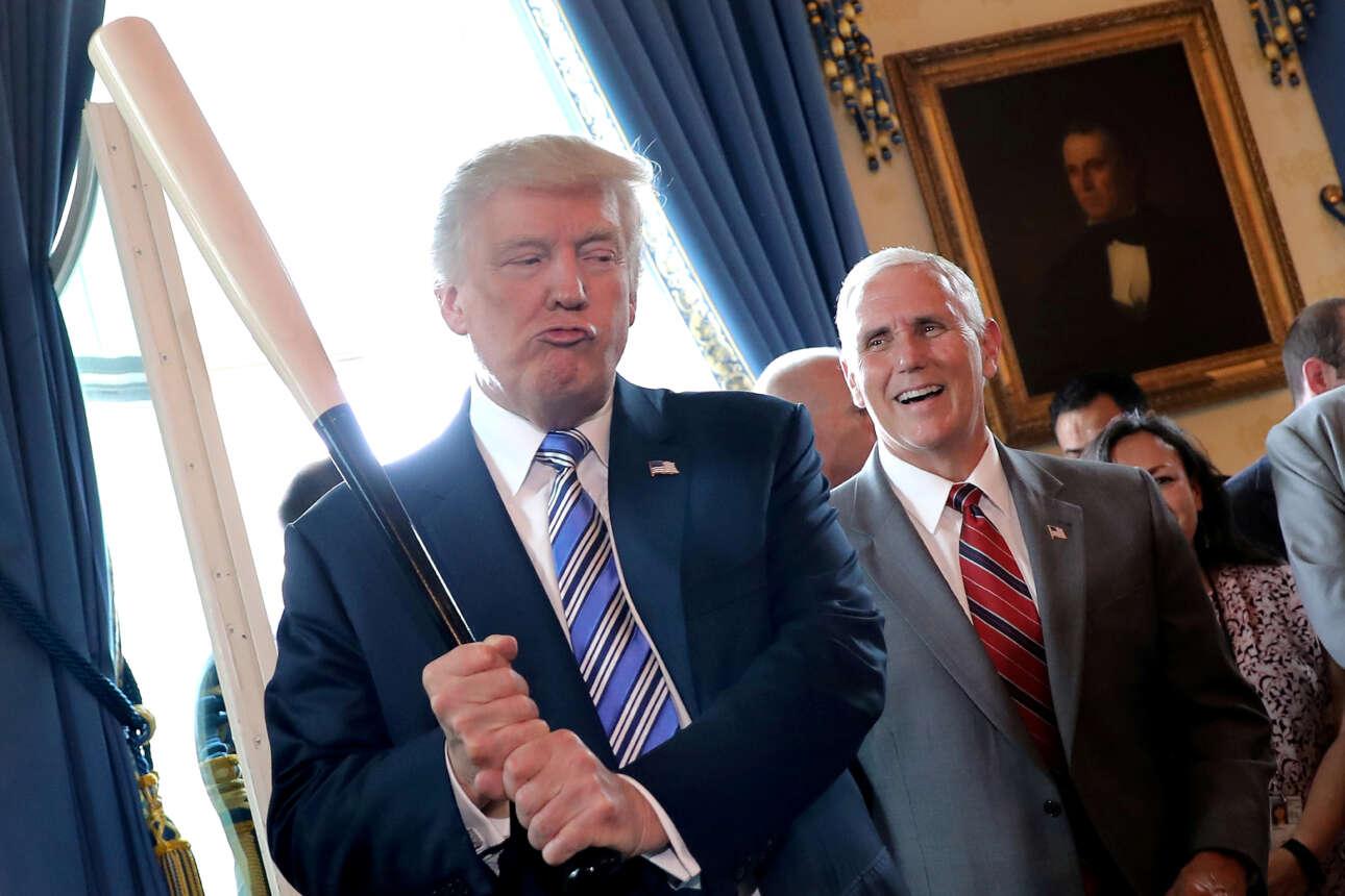 Ιούλιος 2017. Πρώτοι μήνες της προεδρίας. Ο αντιπρόεδρος Μάικ Πενς γελά με τον πρόεδρο που κραδαίνει ένα ρόπαλο του μπέισμπολ σε μια έκθεση «made in America» προϊόντων στον Λευκό Οίκο