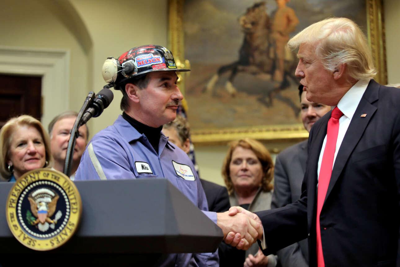 Φεβρουάριος 2017. Πρώτες μέρες της προεδρίας. Ο Τραμπ καλωσορίζει στον Λευκό Οίκο έναν ανθρακωρύχο, τον Μάικ Νέλσον, καθώς ακυρώνει νόμο για την προστασία του περιβάλλοντος, υπέρ της εξόρυξης.