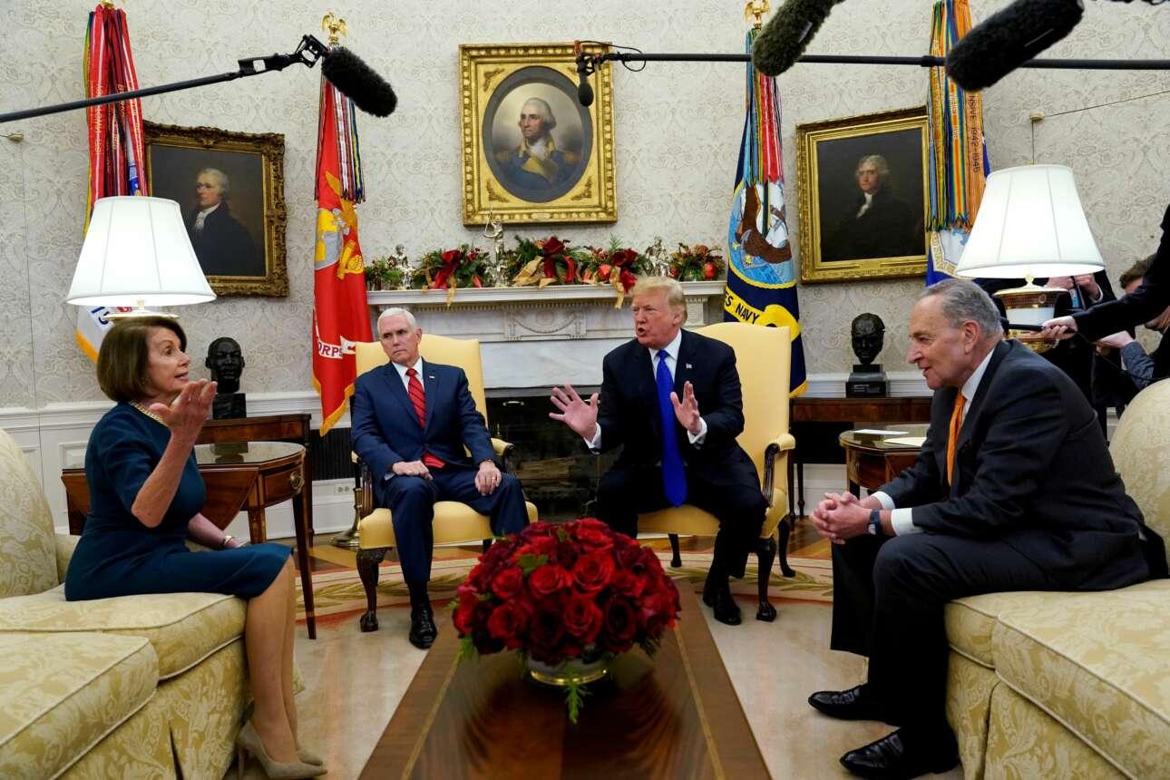Δεκέμβριος 2018. Ο Ντόναλντ Τραμπ και η Νάνσι Πελόζι τσακώνονται, παρουσία του Μάικ Πενς και του Τζακ Σούμερ, επικεφαλής των Δημοκρατικών στη Γερουσία, για το κλείσιμο της κυβέρνησης λόγω διαφωνιών στον προϋπολογισμό. «Ήταν πολύ αμήχανο να είσαι στο Οβάλ Γραφείο και να τους βλέπεις να τσακώνονται. Ήταν σαν να καβγαδίζουν οι γείτονές σου. Μόνο που δεν ήταν οι γείτονες, ήταν οι ηγέτες της χώρας» είπε ο φωτογράφος Κέβιν Λαμάρκ