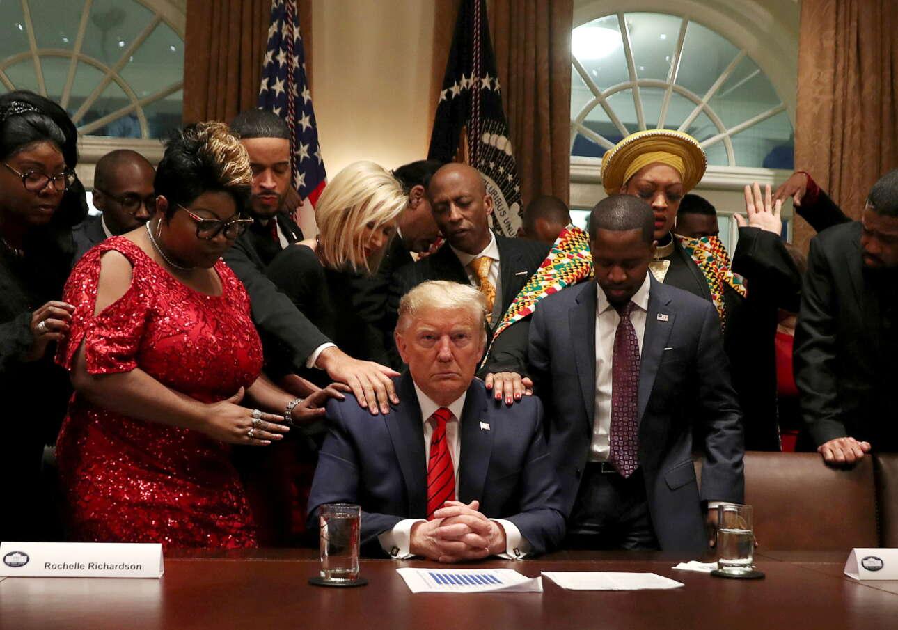 Φεβρουάριος 2020. Διακεκριμένοι αφροαμερικανοί οπαδοί του Τραμπ προσεύχονται μαζί του στο Οβάλ Γραφείο