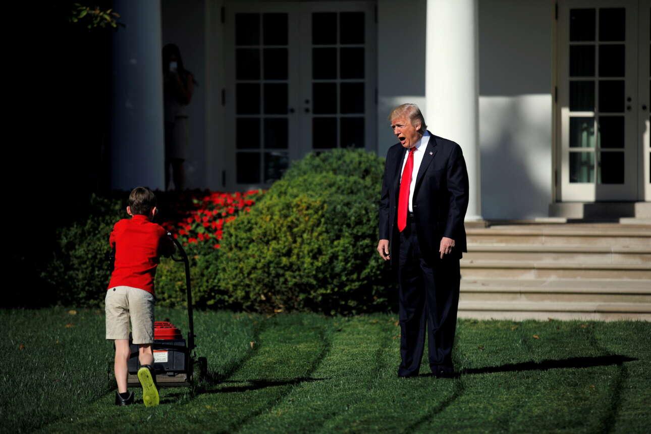 Σεπτέμβριος 2017. Ο 11χρονος Φρανκ Τζιάτσιο, που είχε γράψει στον Τραμπ, προσφέροντάς του μια μέρα εργασία, να κουρέψει το γκαζόν στον Λευκό Οίκο, ήταν τόσο συγκεντρωμένος στη δουλειά του που αγνοούσε τους φωτορεπόρτερ. Λόγω και του θορύβου της μηχανής όμως, αγνοούσε και τον Ντόναλντ Τραμπ που του φώναζε καλώντας τον να συμμετάσχει σε αυτό το σκηνοθετημένο event.