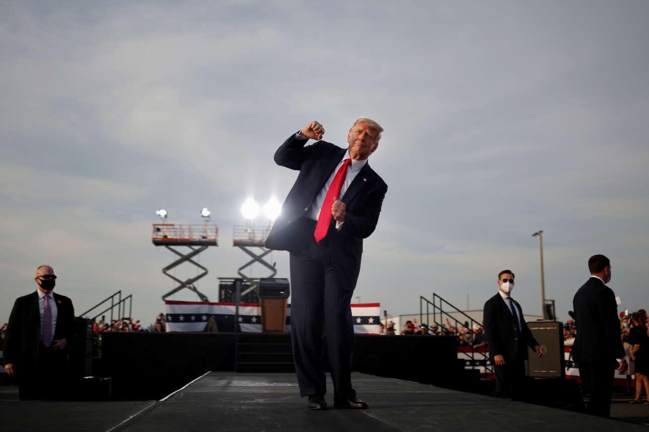 Οκτώβριος 2020. Ο Ντόναλντ Τραμπ σε προεκλογική του συγκέντρωση στην Οκάλα της Φλόριντα. Σόουμαν, έδωσε ένα σόου και στους φωτογράφους χορεύοντας. Τώρα φαίνεται αστείο, θλιβερό. Την Φλόριντα όμως την κέρδισε στις εκλογές
