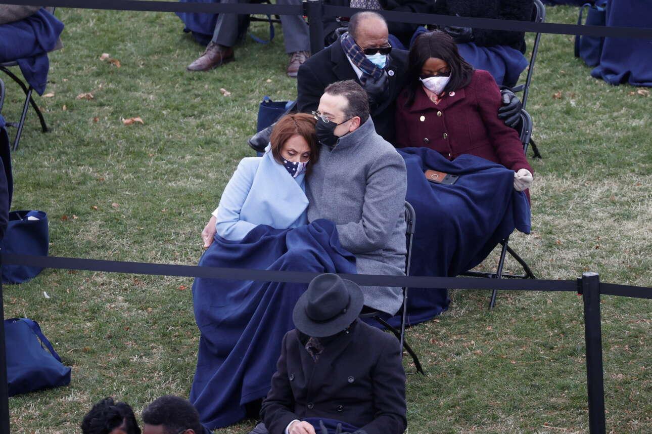 Καλεσμένοι στο πάρκο του Καπιτώλιου, για την ορκωμοσία, έχουν σκεπαστεί με κουβέρτες για να αντέξουν το δριμύ ψύχος