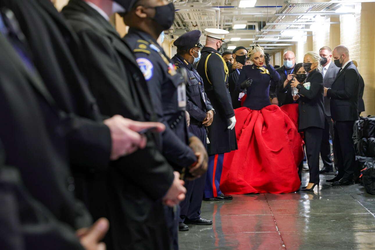Η Lady Gaga προετοιμάζεται να βγει στη σκηνή για να ψάλει τον αμερικανικό εθνικό ύμνο