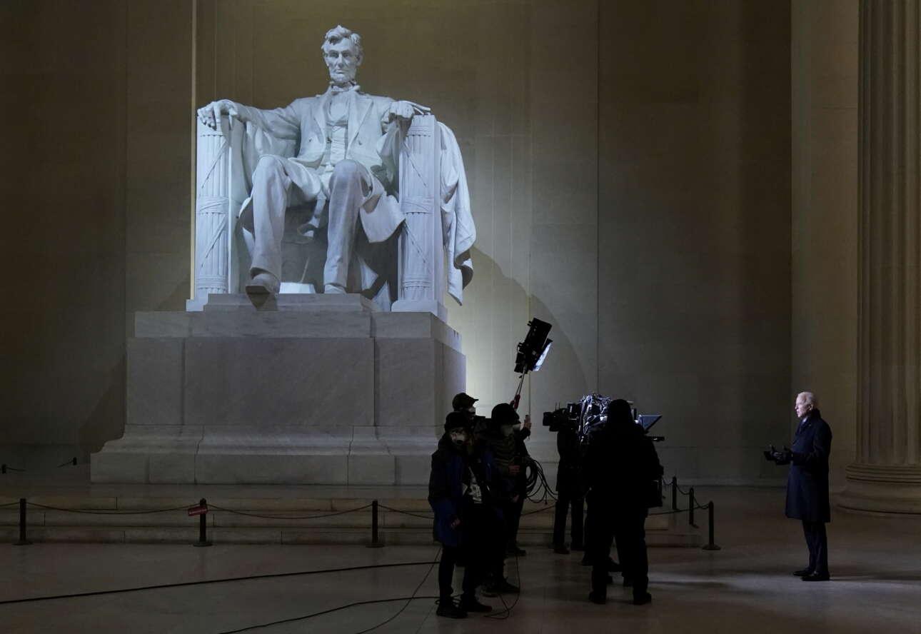 Ο Τζο Μπάιντεν μιλά μπροστά στο επιβλητικό άγαλμα του Λίνκολν στο πλαίσιο του σόου «Celebrating America» που ακολούθησε την ορκωμοσία