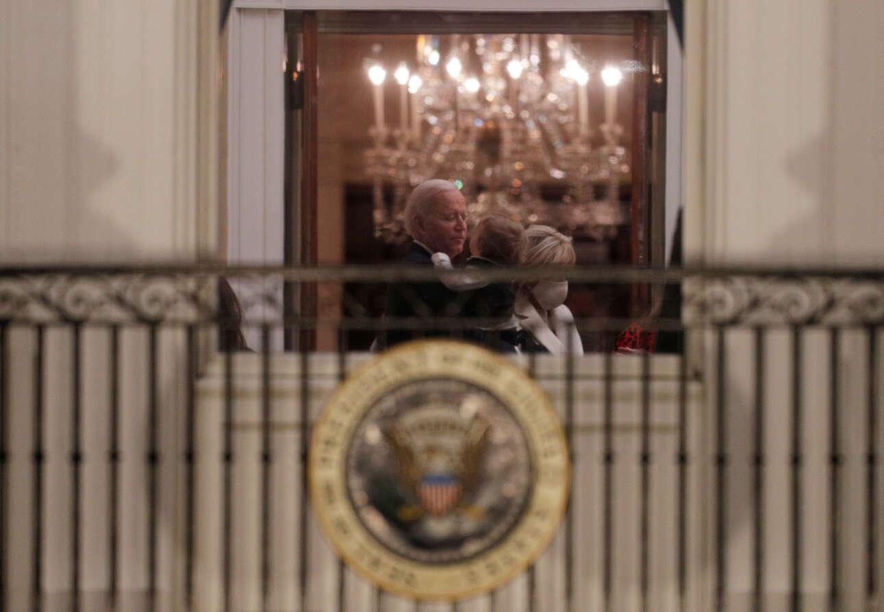 Οι πρώτες στιγμές του 46ου προέδρου στον Λευκό Οίκο: Ο Τζο Μπάιντεν διακρίνεται να αγκαλιάζει τον εγγονό του, τον Μπο