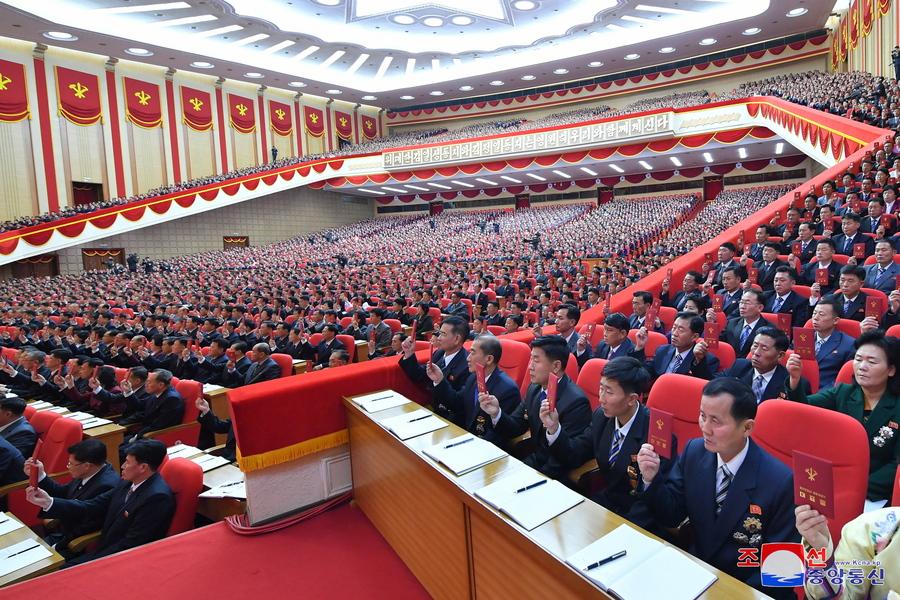 «Αμέτρητοι» Βορειοκορεάτες με την κομματική ταυτότητα ανά χείρας υπερψηφίζουν κάτι κατά τη διάρκεια του 8ου συνεδρίου του κυβερνώντος Εργατικού Κόμματος, του μοναδικού στη χώρα των Κιμ