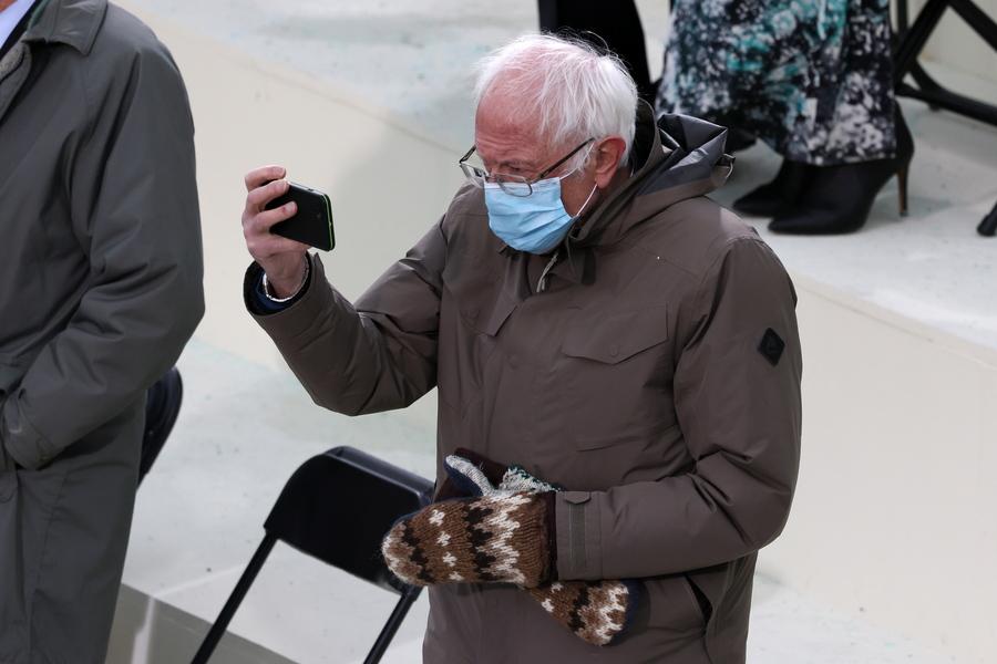 Ο Μπέρνι Σάντερς, γερουσιαστής του Βερμόντ και μεγάλος αντίπαλος του Μπάιντεν για το προεδρικό χρίσμα των Δημοκρατικών, βγάζει σέλφι. Τα χαρούμενα γάντια του έγιναν θέμα συζήτησης