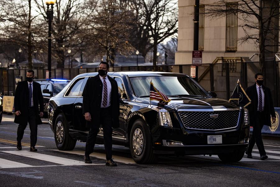 Οι άνδρες της Secret Service συνοδεύουν το προεδρικό αυτοκίνητο μετά την ορκωμοσία. Στην πινακίδα του γράφει «46» - ο Μπάιντεν είναι ο 46ος πρόεδρος των ΗΠΑ