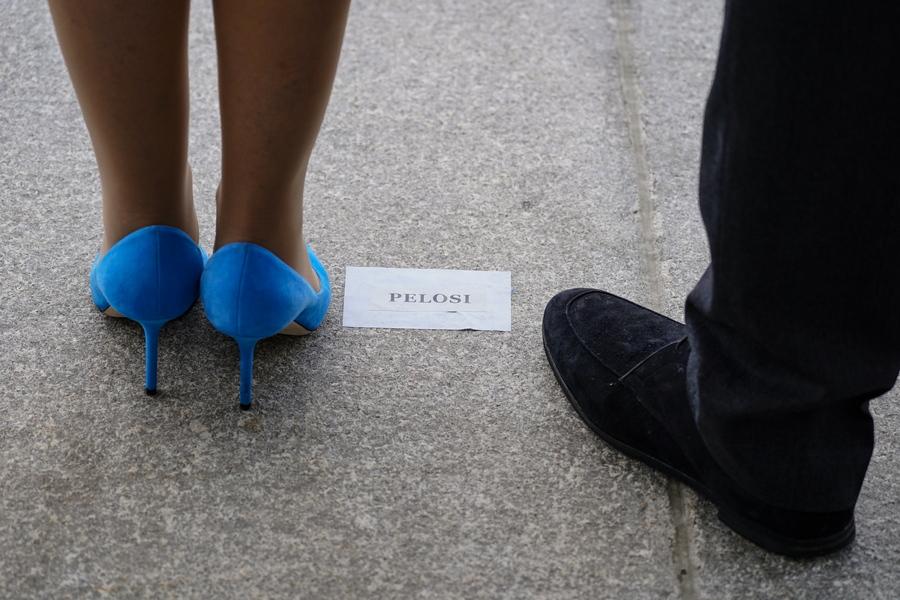 Οι εκτυφλωτικά μπλε γόβες της Νάνσι Πελόζι στο σημείο όπου πρέπει να βρίσκονται. Κάθε αξιωματούχος έπρεπε να σταθεί σε συγκεκριμένο σημείο στο Καπιτώλιο και αυτό ίσχυε και για την πρόεδρο της Βουλής των Αντιπροσώπων