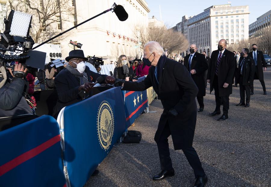 Μετά την ορκωμοσία και στον δρόμο προς τον Λευκό Οίκο, ο Μπάιντεν διακόπτει την πορεία του για να συνομιλήσει με τον Αλ Ρούκερ του NBC