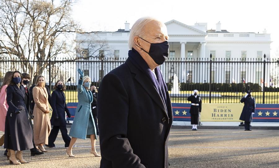 Ο Τζο Μπάιντεν επέλεξε να περπατήσει τα τελευταία μέτρα προς τον Λευκό Οίκο μετά την ορκωμοσία του