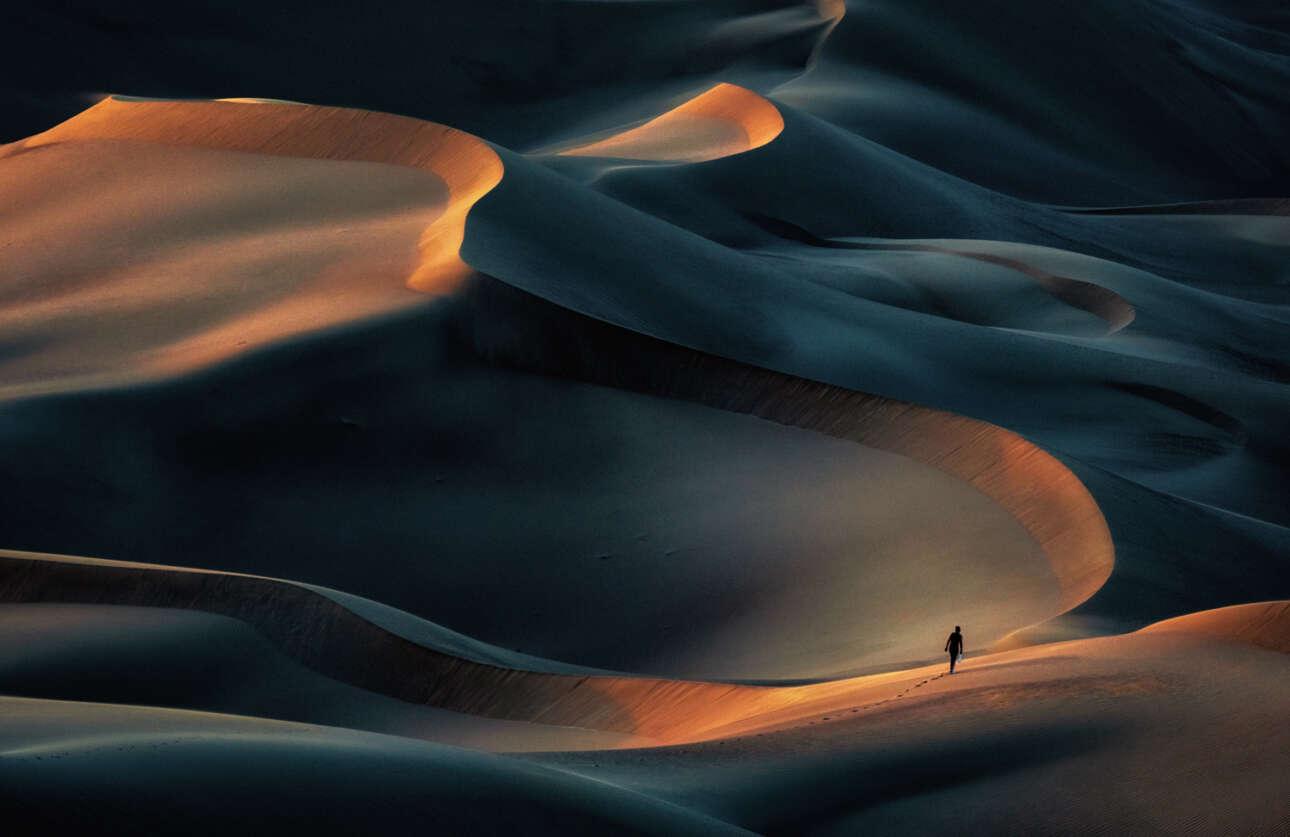 Πρώτη θέση στην κατηγορία Φύση/Τοπίο (Ερασιτέχνες). Περπάτημα σε ένα συγκλονιστικό τοπίο: πάνω στους αμμόλοφους της ερήμου Καρά στο Ιράν