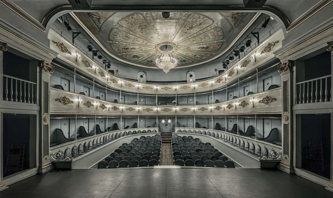 Πρώτη θέση στην κατηγορία Αρχιτεκτονική. Ο Χεσούς Τσαμίζο αποτίει φόρο τιμής στα θέατρα, τα οποία «λειτουργούν ως ναοί της τέχνης που βοηθούν την ανθρωπότητα να εξελιχθεί»