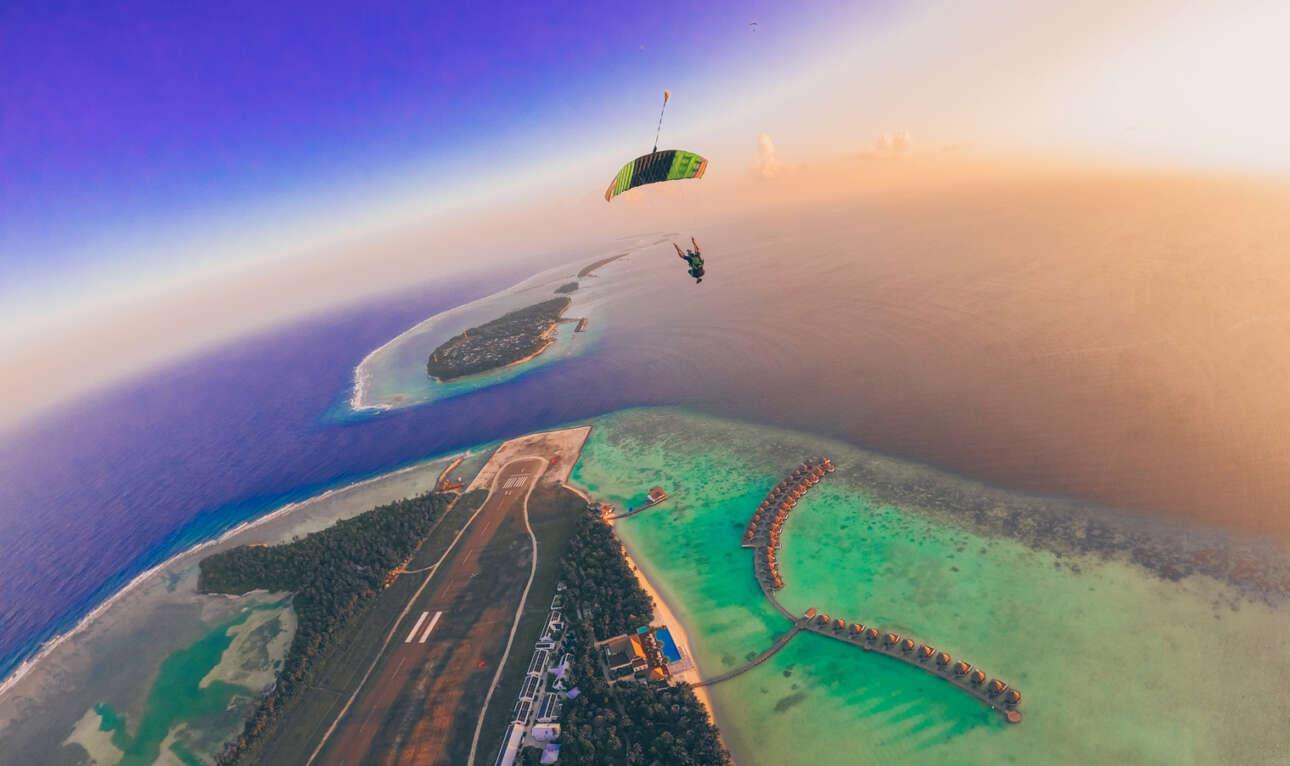 Πρώτη θέση στην κατηγορία Extreme Sports (Ερασιτέχνες). Τα πανέμορφα γαλαζοπράσινα νερά του νησιού Κούντου στις Μαλδίβες μέσα από τα μάτια ενός ελεύθερου αλεξιπτωτιστή