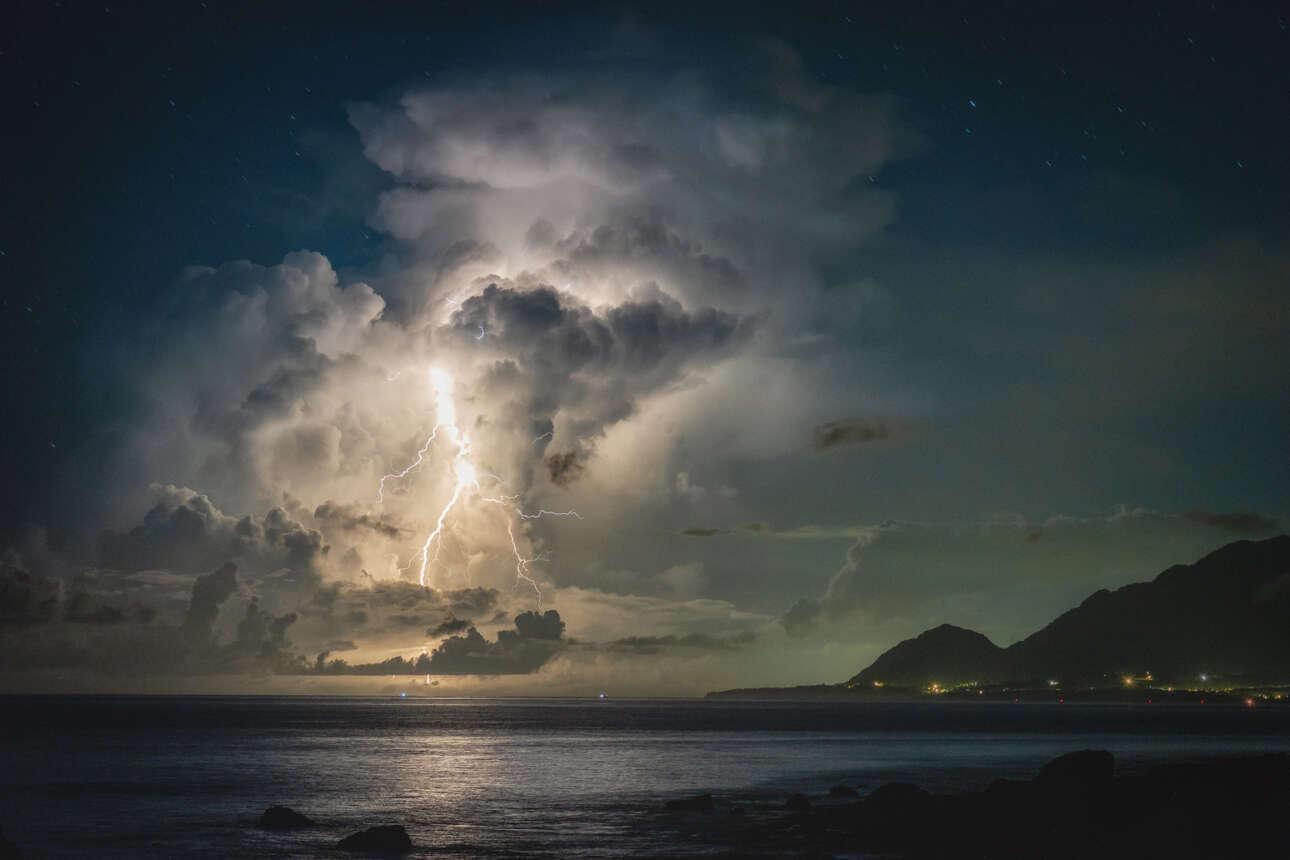 Πρώτη θέση στην κατηγορία Βραδινή Φωτογραφία: εντυπωσιακή καταιγίδα ξεσπάει πάνω από την εξοχή της Ταϊβάν