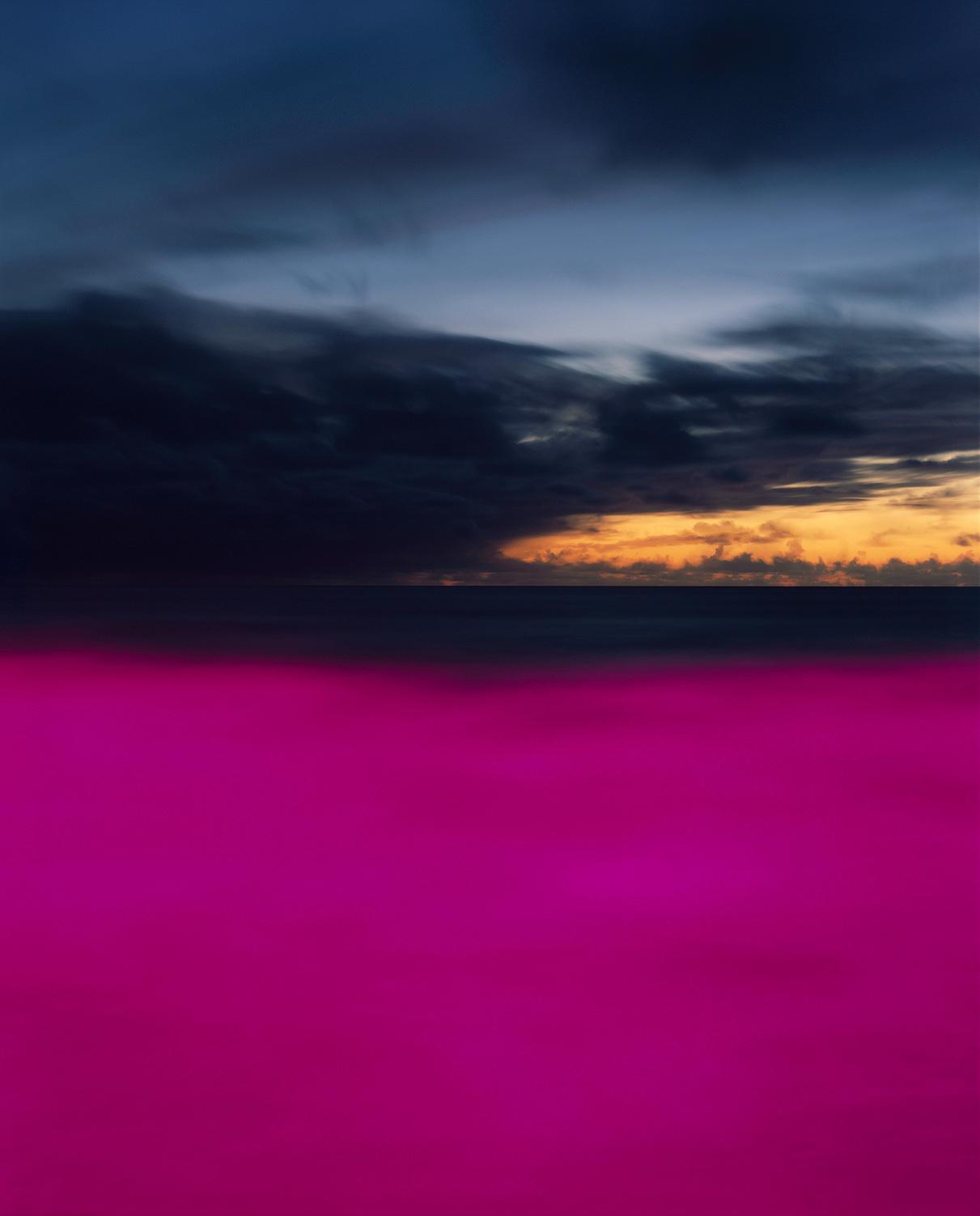 Πρώτη θέση στην κατηγορία Αναλογικό Φιλμ. Ο Πόλιους Μακάουσκας φωτογραφίζει θάλασσες, προσθέτοντας χρωματιστό φως, το οποίο, όπως λέει, συμβολίζει τα μικροπλαστικά που βρίσκονται δυστυχώς παντού στον ωκεανό