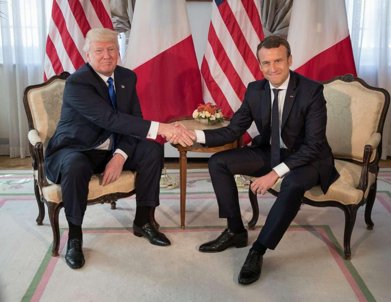 Μάιος 2017. Στην πρεμιέρα του Εμανουέλ Μακρόν στο διεθνές στερέωμα ως προέδρου της Γαλλίας, ο Τραμπ αντιλαμβάνεται τι σημαίνει χειραψία