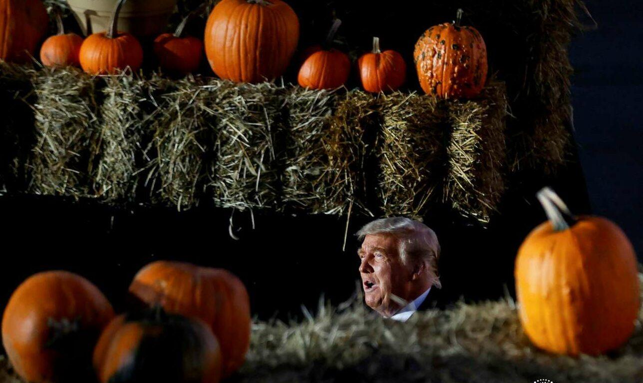 Οκτώβριος 2020. Όλα για τη νίκη. Ο πορτοκαλής Τραμπ ανάμεσα σε πορτοκαλί κολοκύθες λίγο πριν το Χάλογουιν στην Πενσιλβάνια. Τελικά την πολιτεία την έχασε