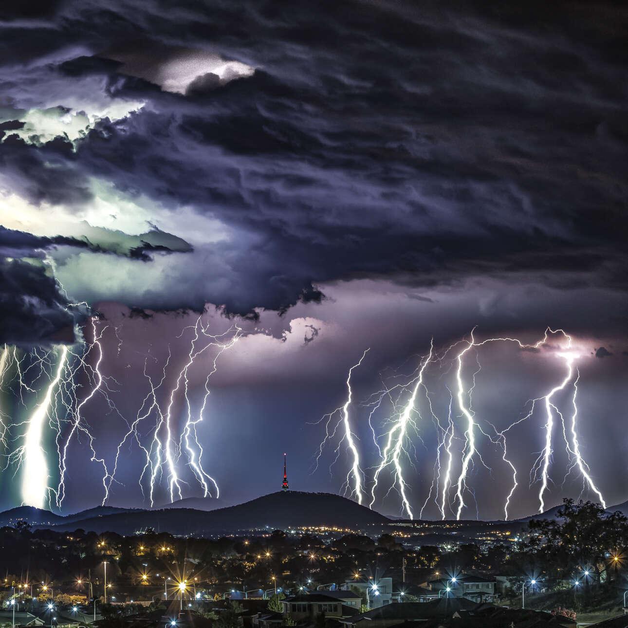 Πρώτη θέση στην κατηγορία Φύση/Τοπίο. «Τον Ιανουάριο του 2019 συνέβη στην Καμπέρα μία από τις πιο απίθανες καταιγίδες με αστραπές. Διέσχισε την πόλη από τα δυτικά προς τα ανατολικά πάνω από τα μαύρα βουνά και συνέχισε προς τα όρη Brindabella» γράφει ο φωτογράφος