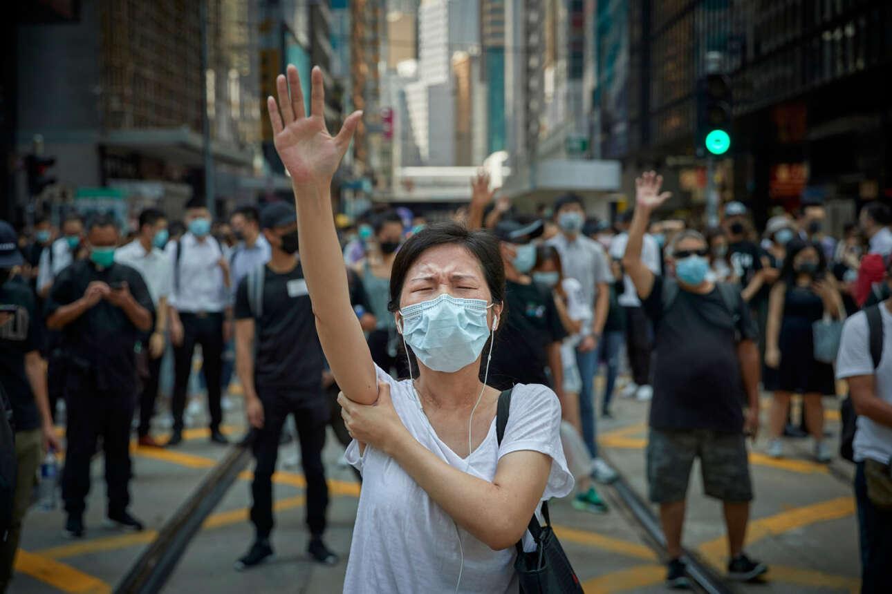 Πρώτη θέση στην κατηγορία Ειδήσεις. Στιγμιότυπο από τις συνεχιζόμενες διαδηλώσεις στο Χονγκ Κονγκ, όπου χιλιάδες κάτοικοι κατέβηκαν στους δρόμους ζητώντας μεγαλύτερη δημοκρατική ελευθερία