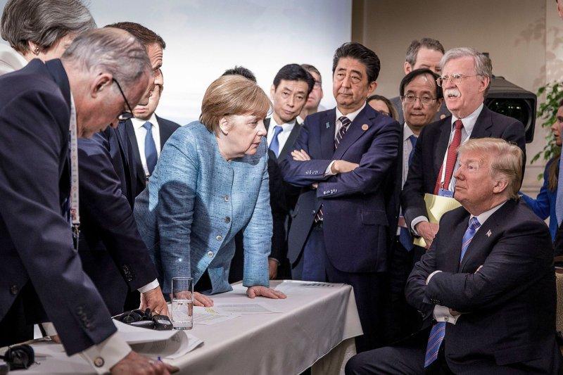 Ιούνιος 2018. Στο Κεμπέκ του Καναδά, σε Σύνοδο των G7, o Τραμπ απέναντι στη Μέρκελ, τον Μακρόν, την Τερέζα Μέι της Βρετανίας, ο Τραμπ απέναντι σε όλον τον κόσμο. Τη συγκεκριμένη φωτογραφία δημοσιοποίησε πρώτη η καγκελαρία στα social media...