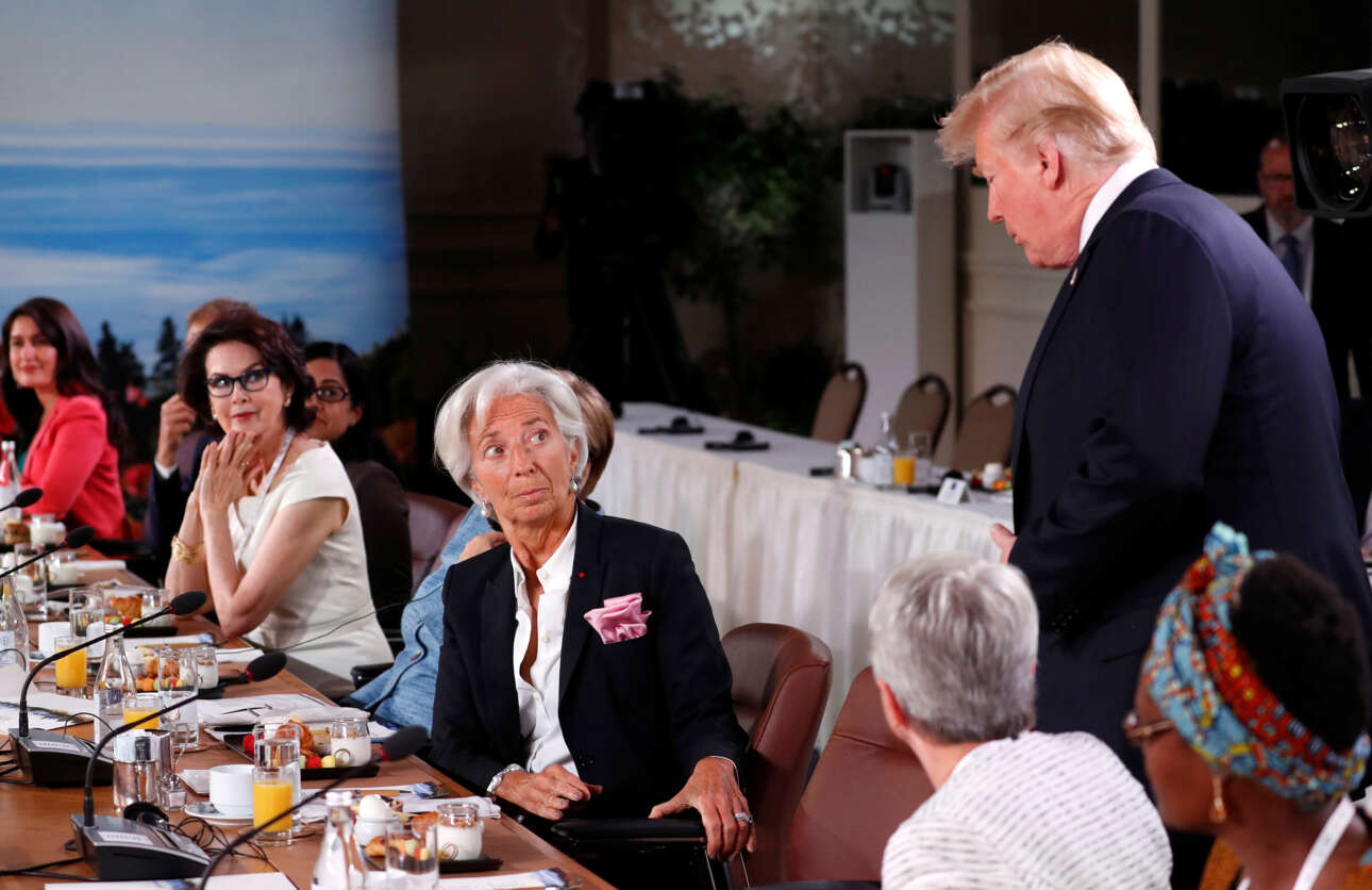 Ιούνιος 2018. Ένας καθυστερημένος επισκέπτης. Η Κριστίν Λαγκάρντ, τότε διευθύντρια του ΔΝΤ «καλωσορίζει» τον καθυστερημένο Τραμπ στο πρόγευμα εργασίας για την ισότητα των δύο φύλων στη Σύνοδο του G7 στον Καναδά. Η παρουσία του Τραμπ σε ένα τέτοιο τραπέζι είναι ανέκδοτο αλλά δεν ήταν το μόνο σε εκείνη τη σύνοδο