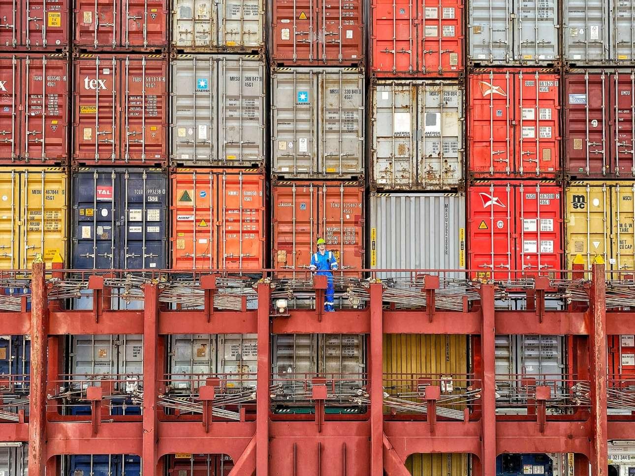 Η φόρτωση και η εκφόρτωση είναι το άλφα και το ωμέγα στο καράβι, αφού το λάθος πληρώνεται με ζωές. Μετά τη σωστή στοίβαξη ο ναυτικός επιβλέπει, και καμιά φορά δείχνει μικροσκοπικός ανάμεσα σε 18.000 εμπορευματοκιβώτια...