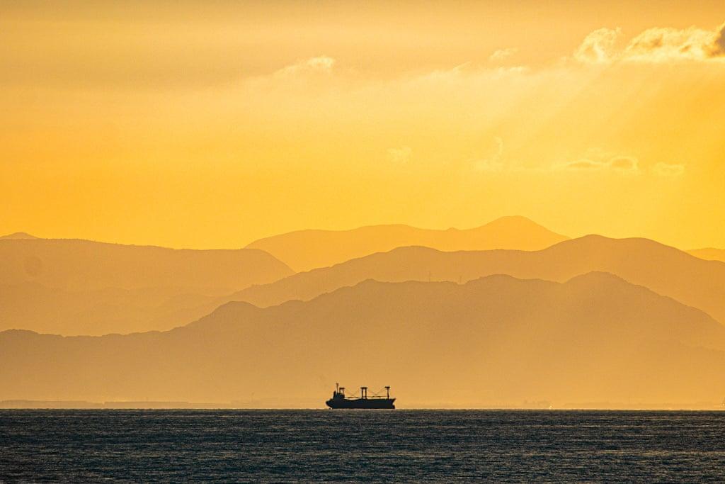 Στη ράδα κάποιου ιαπωνικού λιμανιού. Οι μήνες της ακινησίας είναι πολλοί, και ο ναυτικός είναι ταξιδευτής, δεν είναι βατσιμάνης...