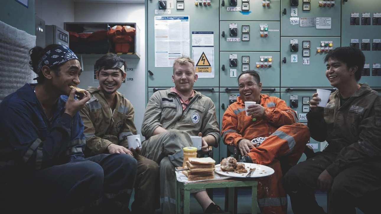 Γέλια στο μηχανοστάσιο, τόσο χρειαζούμενα στην κλεισούρα. Αν και υπήρξαν κρούσματα Covid-19 σε φορτηγά πλοία, η συντριπτική πλειονότητα των ναυτικών παραμένει υγιής