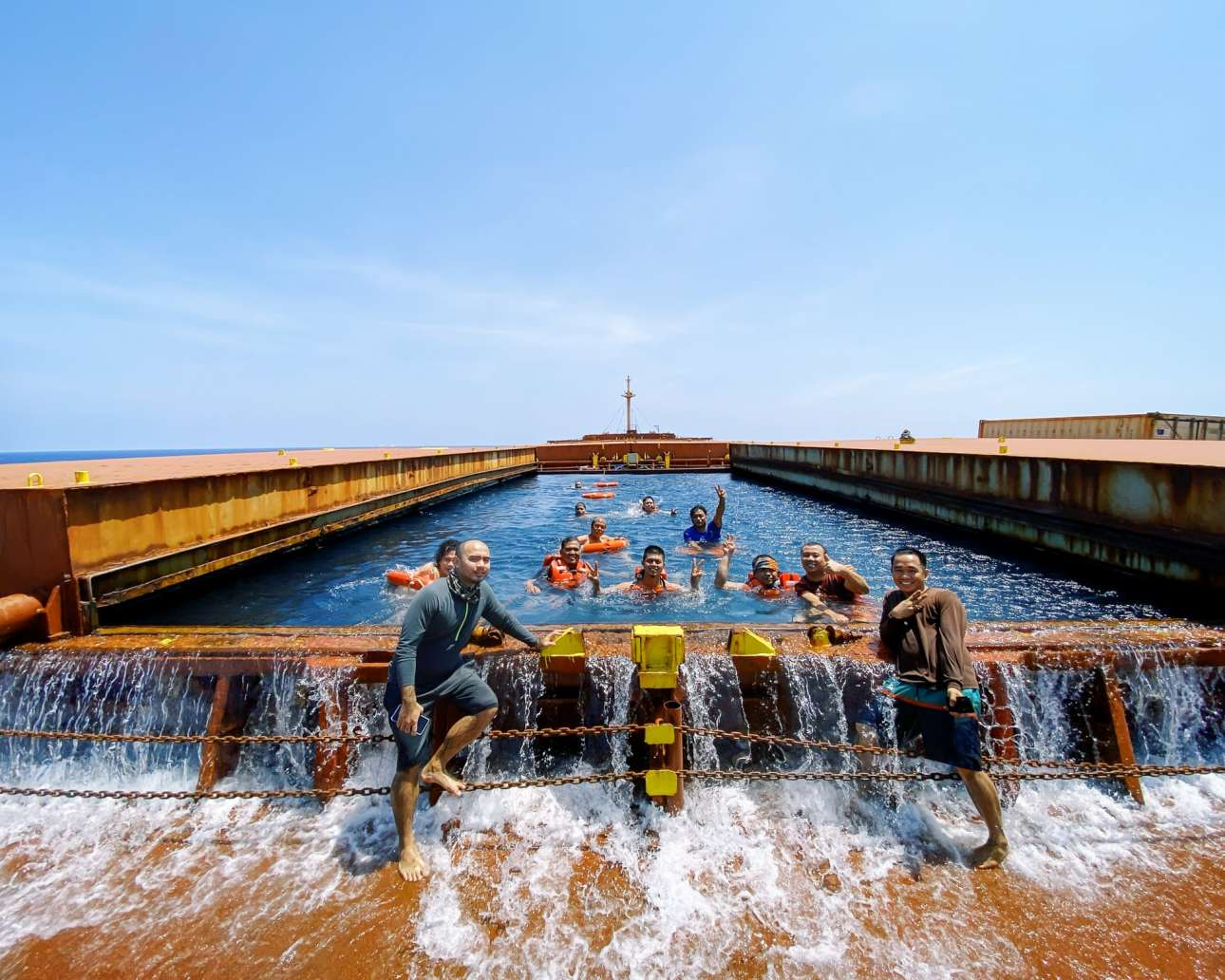 Αδεια δεξαμενή που έγινε πισίνα! Ανδρες του πληρώματος κολυμπούν μέσα στο καράβι και ξεδίνουν, αφού ο κορονοϊός έχει επιφέρει lockdown και στα λιμάνια δεν επιτρέπεται να βγουν