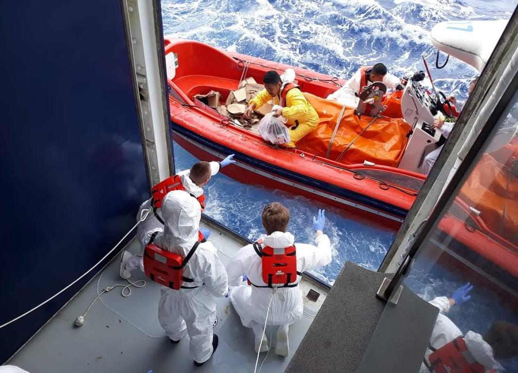 Ταχύπλοα μεταφέρουν φαγητό, νερό και χρειώδη από τη στεριά, και έτσι σώζουν το εγκλωβισμένο πλήρωμα