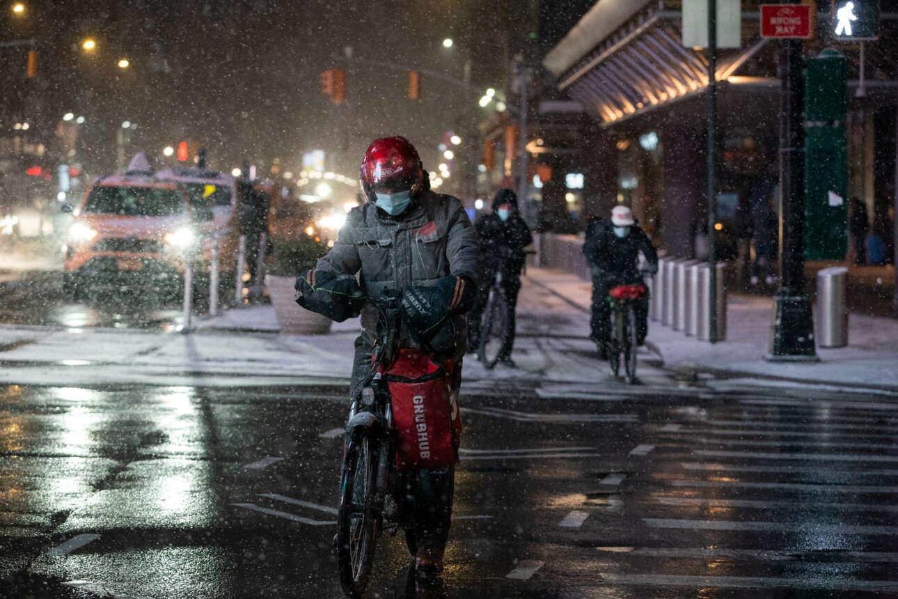 Ποδηλάτης εν μέσω σφοδρής χιονόπτωσης στην καρδιά του Μανχάταν