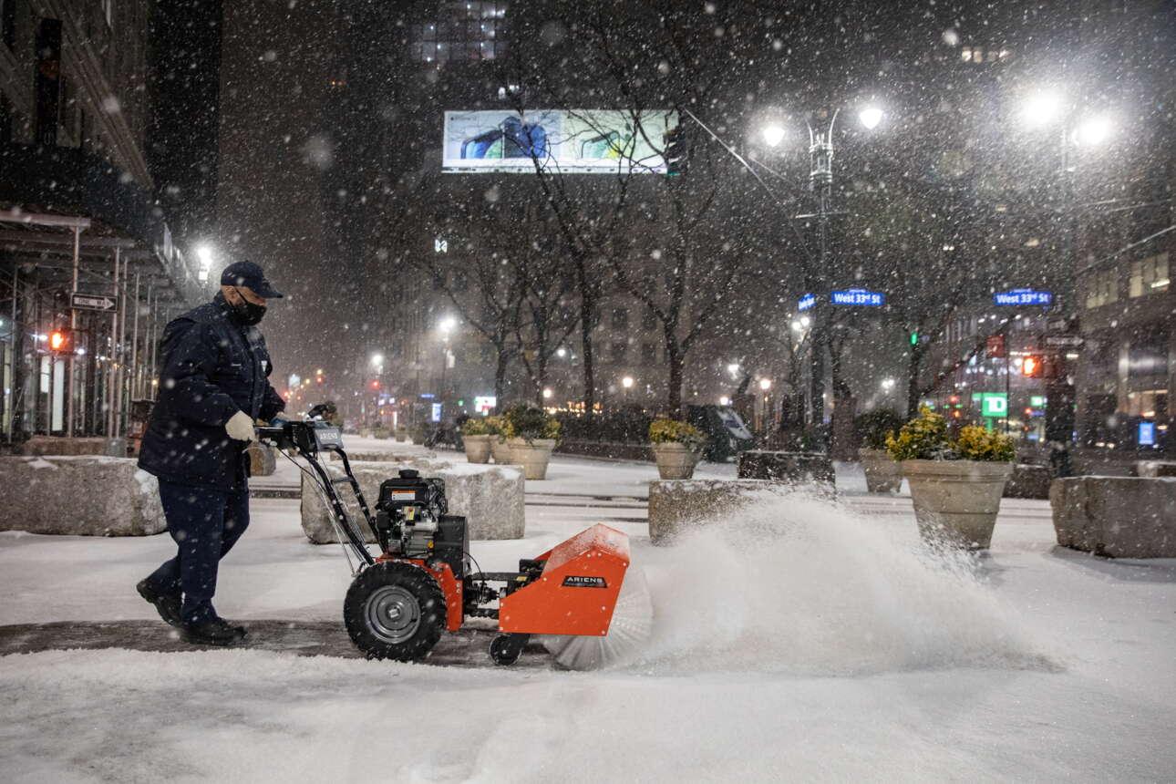 Οι εργάτες κάνουν ότι μπορούν για να καθαρίσουν την Τάιμς Σκουέρ από το χιόνι