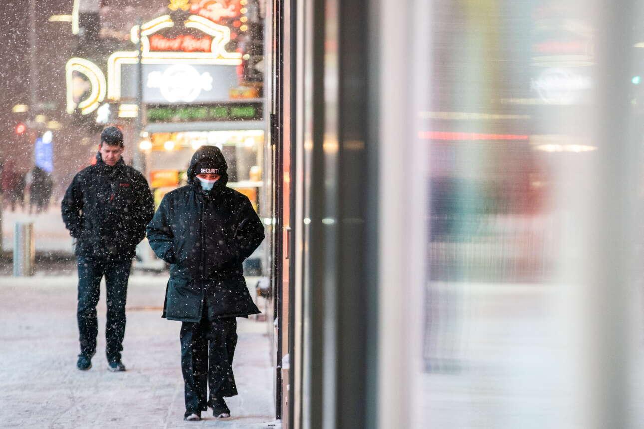 Ανθρωποι περπατούν στο κέντρο του Μανχάταν ενώ η θερμοκρασία δεν ξεπερνά το μηδέν