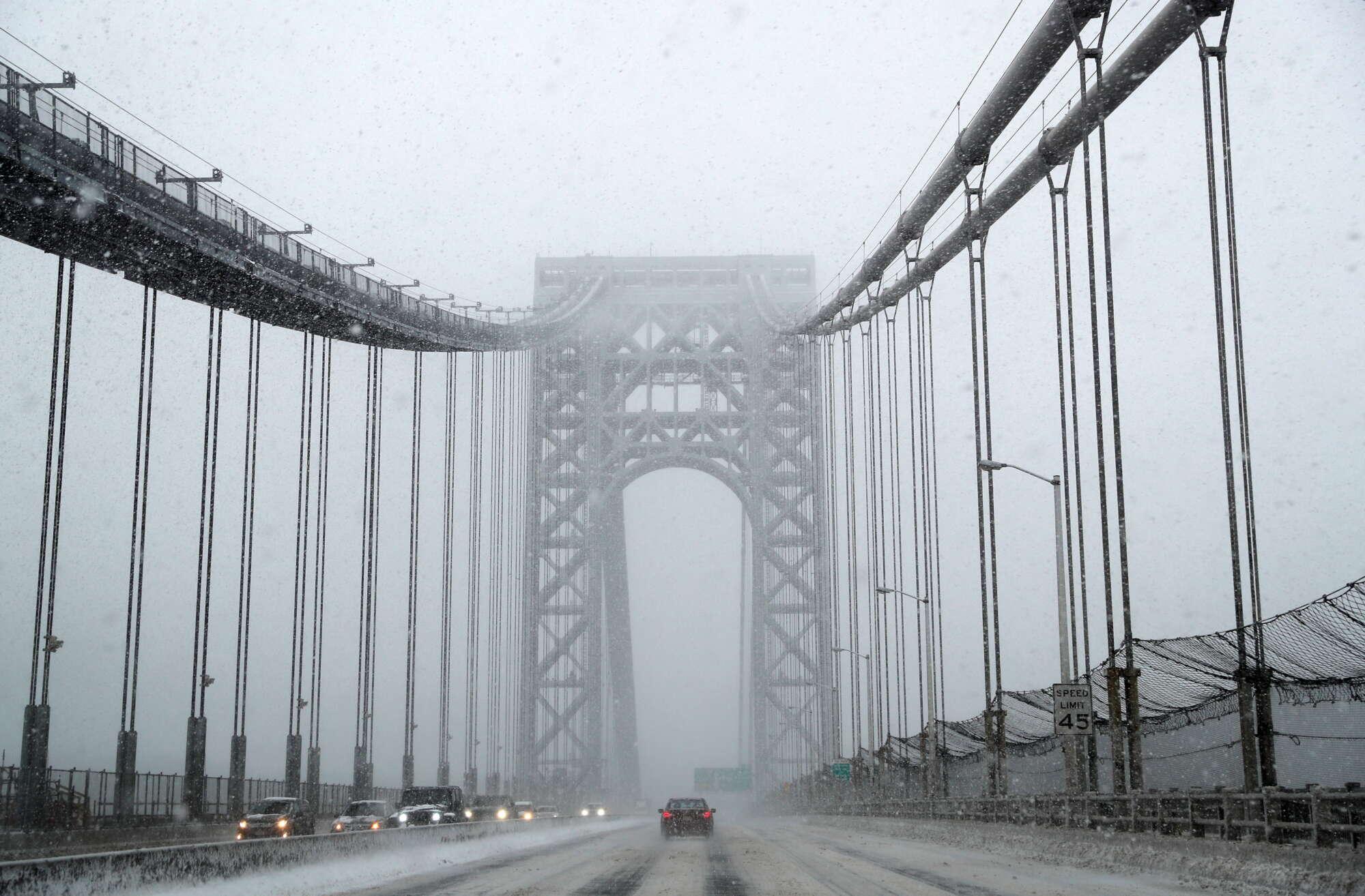 Η γέφυρα Τζορτζ Ουάσιγκτον, στη Νέα Υόρκη την ώρα της πυκνής χιονόπτωσης. Από εικαστικής απόψεως, αριστούργημα...