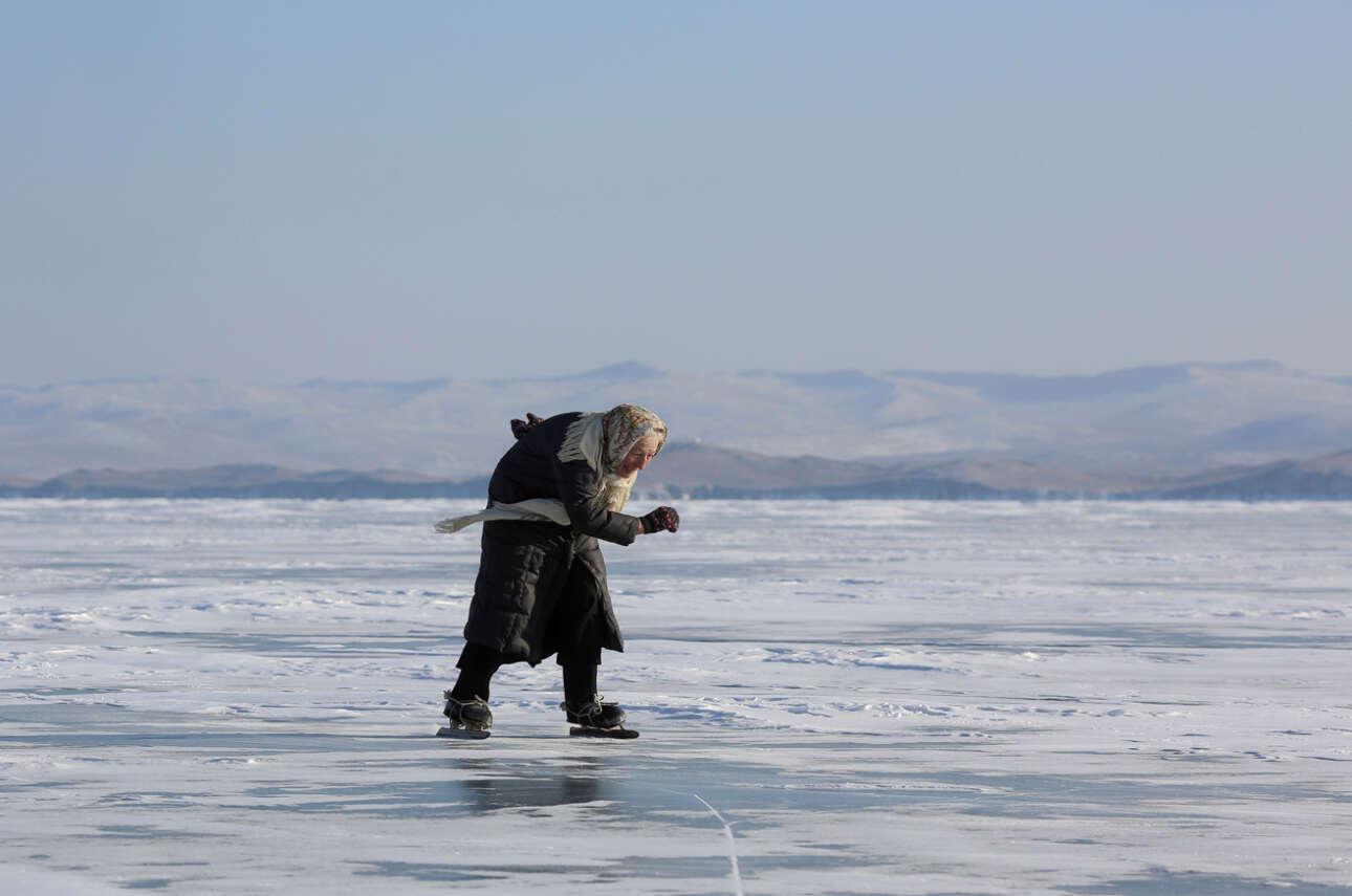 Σιβηρία. Η κυρία Λιούμποβ Μορεκόντοβα πατινάρει με στυλ στην παγωμένη Βαϊκάλη, παρά τα 79 χρόνια της. Είναι μαθημένη βέβαια, αφού από παιδί ζει στο Ιρκούτσκ