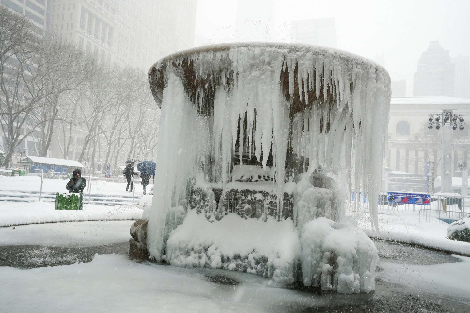 Το σιντριβάνι έγινε... γλυπτό. Ο στρατηγός χειμώνας έχει και καλλιτεχνική φύση