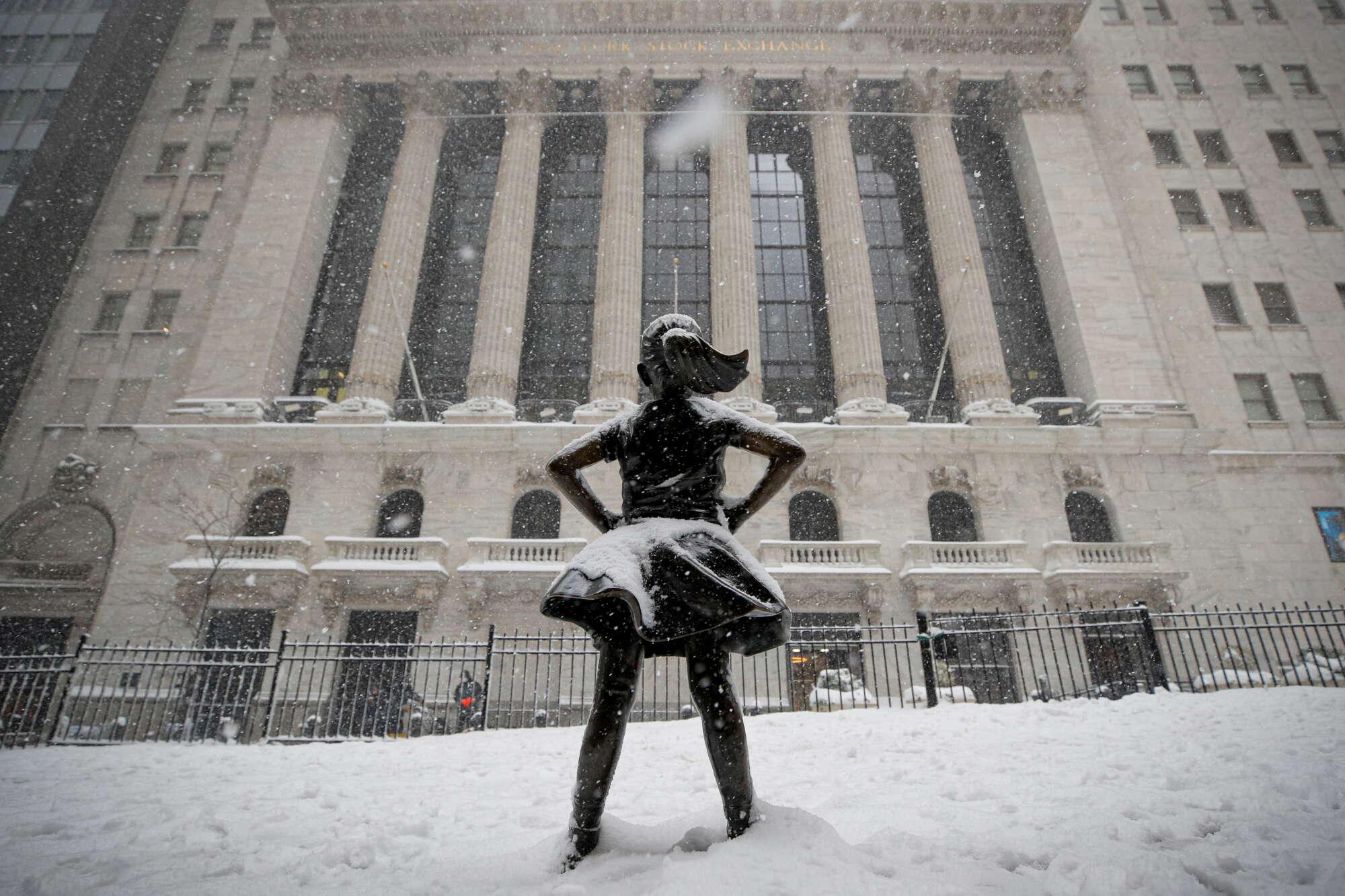 Το «ατρόμητο κορίτσι» της Γουόλ Στριτ δεν φοβάται τον χιονιά. Πιθανώς μόνο τις κρίσεις...