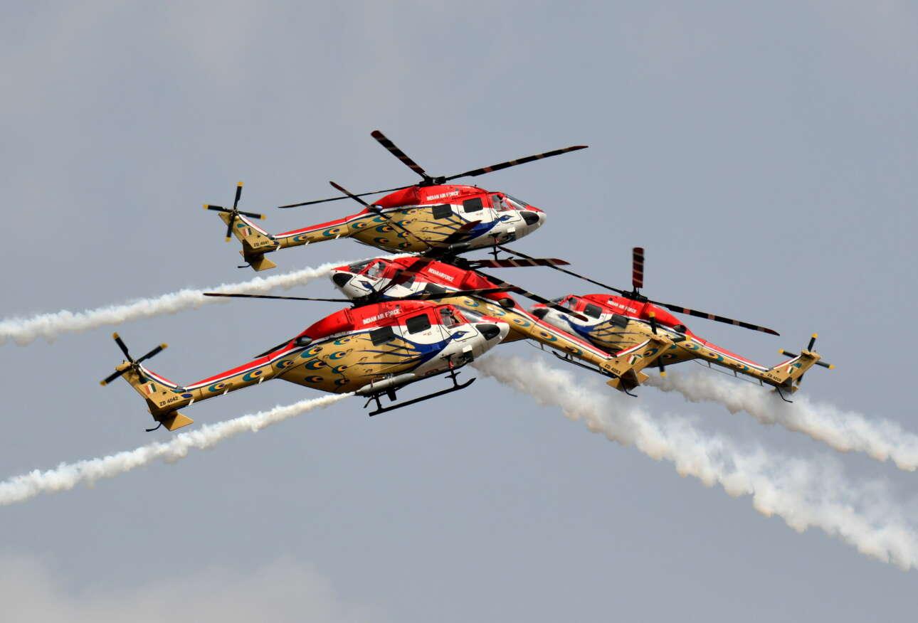 Ινδία. Επιδείξεις δεξιότητας στους ελιγμούς από τους πιλότους των ελικοπτέρων της Ινδικής Πολεμικής Αεροπορίας απόλαυσαν όσοι είδαν την άσκηση «Aero India 2021»