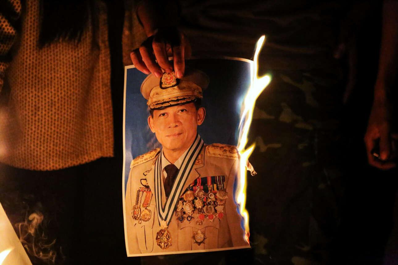 Μιανμάρ. Εγινε πραξικόπημα, αλλά μάλλον ο λαός δεν συγκατατίθεται. Στο στιγμιότυπο το πορτρέτο του αρχηγού του στρατού δέχεται τις… θερμές περιποιήσεις των ντόπιων