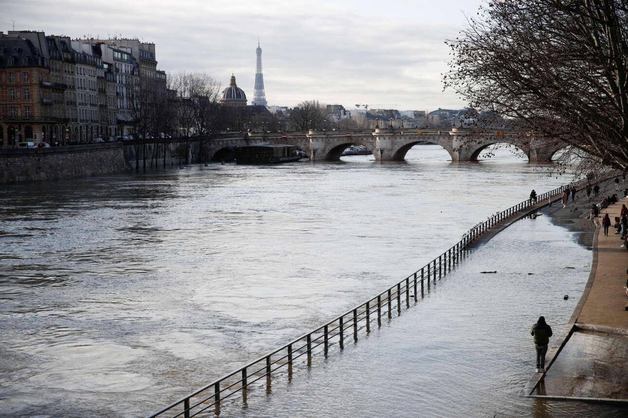 Γαλλία. Πλημμυρισμένη η παρόχθια οδός απέναντι από το Σεν Ζερμέν, αφού ο Σηκουάνας υπερχείλισε στο κέντρο του Παρισιού – ρομαντική τη βόλτα δεν τη λες, ακόμη και αν φοράς γαλότσες