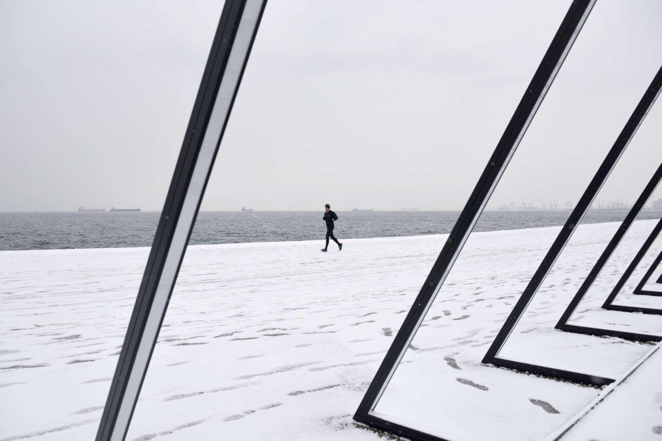Τζόγκινγκ στην χιονισμένη παραλία της Θεσσαλονίκης