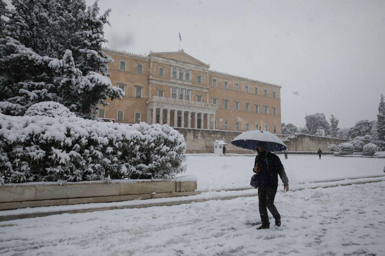 Βόλτα μπροστά από τη Βουλή